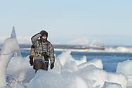 Impressionen bei der Gletscherbucht Jökulsárlón am Rand des Gletschers Breiðamerkurjökull, einem Auslassgletscher des Vatnajökull (Wassergletscher) im Südosten von Island.<br /> <br /> Lorenz A. Fischer bei der Arbeit.