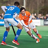 BLOEMENDAAL  - Arthur van Doren (Bldaal) met Jonas de Geus (Kampong)   . Bloemendaal-Kampong (2-1).  hoofdklasse hockey mannen.   COPYRIGHT KOEN SUYK