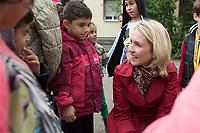 20 SEP 2015, BERLIN/GERMANY:<br /> Manuela Schwesig (R), SPD, Bundesfamilienministerin, spricht mit Kindern, waehrend dem Besuch des Uebergangswohnheims Marienfelde, das ehem. Notaufnahmelager fuer gefluechtete DDR-Buerger, am Weltkindertag<br /> IMAGE: 20150920-01-004<br /> KEYWORDS: Kinder, Kind,