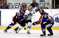 Ishockey<br /> GET-Ligaen<br /> 16.10.08<br /> Jordal Amfi<br /> Vålerenga VIF - Furuset<br /> Christian Thygesen skvises av Regan Kelly og Lars Erik Spets - Bak til venstre Brede Csizar<br /> Foto - Kasper Wikestad