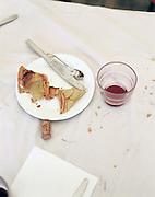 Tarte aux pommes dans une assiette en carton et un fond de verre de vin rouge. Banquet de la fête communale de Ville-le-Marclet, Picardie, France. 21.06.2002.