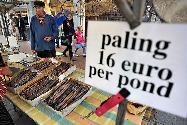 Nederland, Nijmegen, 28-8-2011Een marktkraam waar gerookte paling wordt verkocht. 16 euro het pond...Foto: Flip Franssen/Hollandse Hoogte