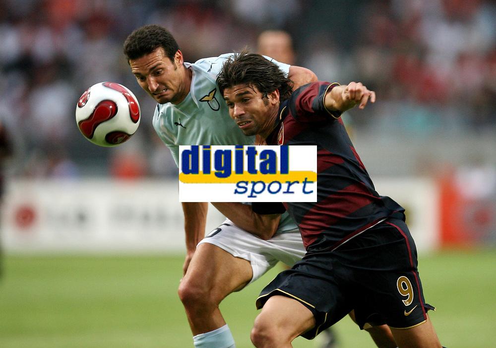 Photo: Maarten Straetemans.<br /> Arsenal v Lazio. LG Amsterdam Tournament. 02/08/2007.<br /> Lionel Scaloni (Lazio) with Eduardo of Arsenal
