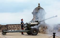 THEMENBILD - ein Offizier beim abfeuern einer 10,5-cm Feldhaubitze. Die One O'Clock Gun (13- Uhr- Kanone) wird jeden Tag um 13:00 Uhr abgefeuert. Früher stellten die Seefahrer ihre Chronometer nach dem Signal. Schottlands Hauptstadt Edinburgh ist die zweitgrößte Stadt Schottlands im Edinburgh Castle, Edinburgh, Schottland, aufgenommen am 16.06.2015 // An officer while firing a 105mm field gun . The One O'Clock Gun is a time signal, fired every day at precisely 13:00, excepting Sunday, Good Friday and Christmas Day at the Edinburgh Castle Scotland on 2015/06/16. EXPA Pictures © 2015, PhotoCredit: EXPA/ JFK