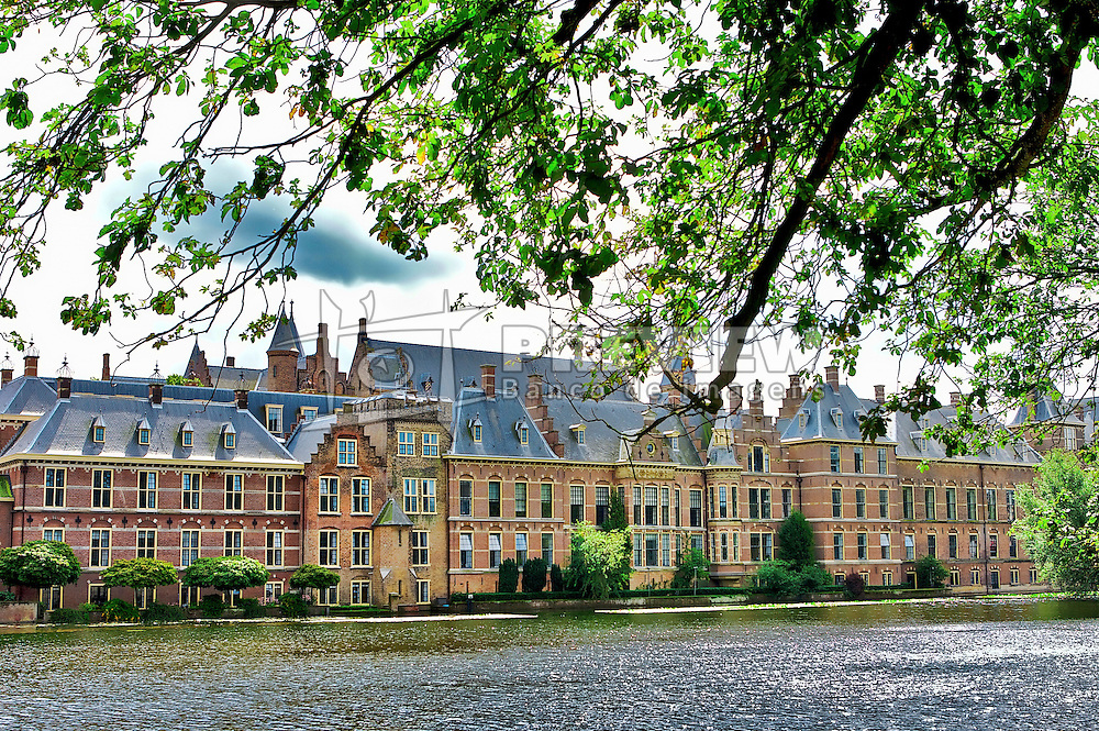 Haia (Den Haag ou 's-Gravenhage em holandês) é a terceira maior cidade da Holanda com 464.000 habitantes. Apesar de não ser formalmente a capital do país, Haia é de facto a capital política da Holanda (desde o século XIII) sendo a sede do governo e parlamento, além de albergar a residência da Família Real. O centro histórico concentra-se em redor do Binnenhof, o complexo governativo onde se situa o Parlamento holandês, e do lago adjacente, o Hofvijver. O Castelo é o edifício mais antigo do complexo Binnenhof, datado de 1250. No centro histórico, outros edifícios célebres são Mauritshuis, um palácio do Príncipe Johan Maurits agora transformado em museu, e a Grote Kerk, igreja do século XIII com uma torre alta de 1425. FOTO: Jefferson Bernardes/Preview.com