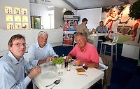 ROTTERDAM - Hockey- Hugo van Leeuwen Boomkamp (r) met vrienden. VOLVO CLUBBONUS MEETING tijdens de Hockey World League in Rotterdam. FOTO KOEN SUYK