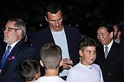 Boxen: AIBA Box-WM, Finale, Hamburg, 02.09.2017<br /> Wladimir Klitschko gibt Kindern ein Autogramm. AIBA President Dr Ching-Kuo Wu<br /> © Torsten Helmke