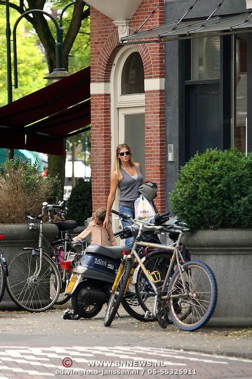NLD/Amsterdam/20070815 - Danielle Oerlemans - Overgaag winkelend met dochter Fiene in Amsterdam