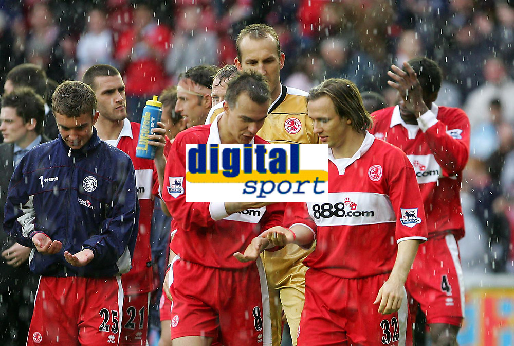 Fotball<br /> England 2004/2005<br /> Foto: SBI/Digitalsport<br /> NORWAY ONLY<br /> <br /> Middlesbrough v Tottenham Hotspurs, Barclays Premiership, Riverside Stadium, Middlesbrough 07/05/2005.<br /> <br /> Middlesbrough's Szilard Nemeth (C) and Bolo Zenden (R) are amused by the weather as their team complete a lap of the pitch after their victory.