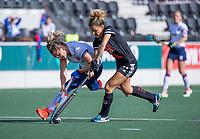 AMSTELVEEN - Maria Verschoor (Adam) met Laurien Leurink (SCHC)   tijdens de hoofdklasse hockeywedstrijd dames, zonder publiek vanwege COVID-19, AMSTERDAM-SCHC (2-2). COPYRIGHT KOEN SUYK