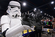 Een bezoeker van de Verzamelaarsjaarbeurs in de Jaarbeurs in Utrecht is verkleed als een figuur uit Star Wars.<br />
