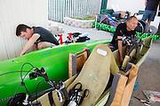 Larry Lem en Tom Amick maken de Glow Worm gereed na aankomst in Battle Mountain. In Battle Mountain (Nevada) wordt ieder jaar de World Human Powered Speed Challenge gehouden. Tijdens deze wedstrijd wordt geprobeerd zo hard mogelijk te fietsen op pure menskracht. Ze halen snelheden tot 133 km/h. De deelnemers bestaan zowel uit teams van universiteiten als uit hobbyisten. Met de gestroomlijnde fietsen willen ze laten zien wat mogelijk is met menskracht. De speciale ligfietsen kunnen gezien worden als de Formule 1 van het fietsen. De kennis die wordt opgedaan wordt ook gebruikt om duurzaam vervoer verder te ontwikkelen.<br /> <br /> In Battle Mountain (Nevada) each year the World Human Powered Speed  Challenge is held. During this race they try to ride on pure manpower as hard as possible. Speeds up to 133 km/h are reached. The participants consist of both teams from universities and from hobbyists. With the sleek bikes they want to show what is possible with human power. The special recumbent bicycles can be seen as the Formula 1 of the bicycle. The knowledge gained is also used to develop sustainable transport.