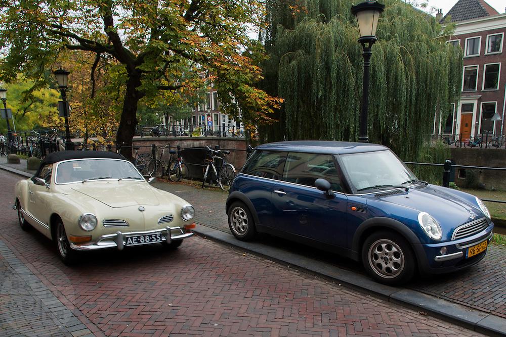 In Utrecht passeert een Volkswagen Karmann Ghia Cabriolet, een echte oldtimer, een moderne versie van de klassieke Mini. Eigenaren van klassieke auto's krijgen geen ontheffing meer voor de wegenbelasting. De gemeente Utrecht wil de oude auto's bovendien weren uit het centrum.<br /> <br /> In Utrecht an oldtimer Volkswagen Karmann Ghia Convertible is passing a new version of the classic Mini.