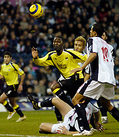 Photo: Leigh Quinnell.<br /> West Bromwich Albion v Manchester City. The Barclays Premiership. 10/12/2005. Man Citys Andrew Cole looks for the ball in the West Brom box.