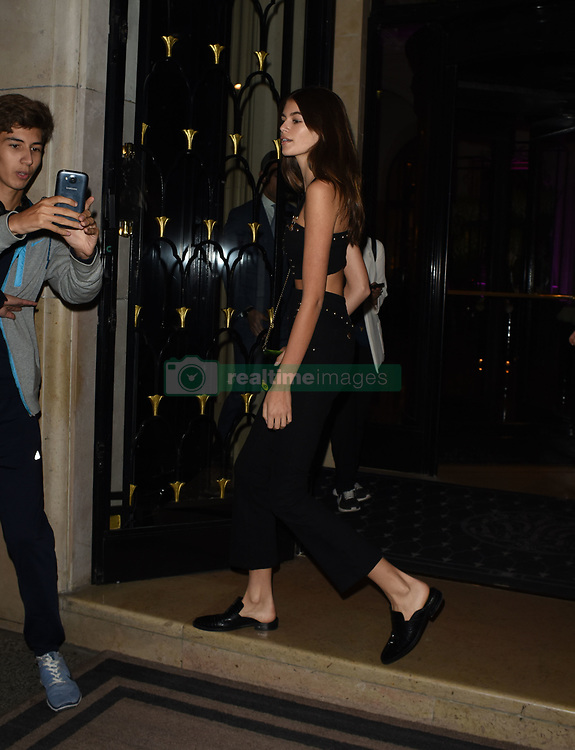 Cindy Crawford and her daughter Kaia Jordan Gerber are seen leaving the Four Seasons hotel to go to dinner in Paris<br /><br />25 September 2017.<br /><br />Please byline: Vantagenews.com