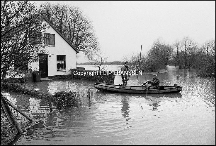 Nederland, Ooij, 01-02-1995Eind januari, begin februari 1995 steeg het water van de Rijn, Maas en Waal tot record hoogte van 16,64 m. bij Lobith. Een evacuatie van 250.000 mensen was noodzakelijk vanwege het gevaar voor dijkdoorbraak en overstroming. op verschillende zwakke punten werd geprobeerd de dijken te versterken met zandzakken. Hier in de Ooijpolder bij Nijmegen.Late January, early February 1995 increased the water of the Rhine, Maas and Waal to a record high of 16.64 meters at Lobith. An evacuation of 250,000 people was needed because of flood risk. At several points people tried to reinforce the dikes with sandbags. Foto: Flip Franssen/Hollandse Hoogte