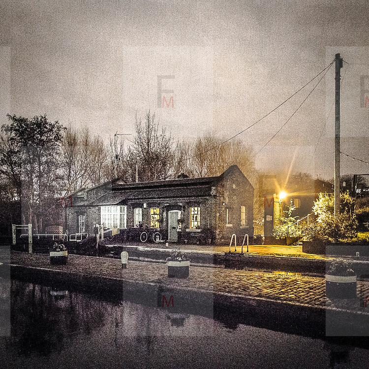 St Pancras Lock sul Regent's Canal, chiusa utilizzata per regolare il livello dell'acqua utile per la navigazione.<br /> <br /> St Pancras Lock on Regent's Canal, the lock used to manage the water's level useful for the navigation.