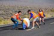 De VeloX V kwalificeert zich voor de race. Het Human Power Team Delft en Amsterdam (HPT), dat bestaat uit studenten van de TU Delft en de VU Amsterdam, is in Amerika om te proberen het record snelfietsen te verbreken. Momenteel zijn zij recordhouder, in 2013 reed Sebastiaan Bowier 133,78 km/h in de VeloX3. In Battle Mountain (Nevada) wordt ieder jaar de World Human Powered Speed Challenge gehouden. Tijdens deze wedstrijd wordt geprobeerd zo hard mogelijk te fietsen op pure menskracht. Ze halen snelheden tot 133 km/h. De deelnemers bestaan zowel uit teams van universiteiten als uit hobbyisten. Met de gestroomlijnde fietsen willen ze laten zien wat mogelijk is met menskracht. De speciale ligfietsen kunnen gezien worden als de Formule 1 van het fietsen. De kennis die wordt opgedaan wordt ook gebruikt om duurzaam vervoer verder te ontwikkelen.<br /> <br /> The VeloX V qualifies for the race. The Human Power Team Delft and Amsterdam, a team by students of the TU Delft and the VU Amsterdam, is in America to set a new  world record speed cycling. I 2013 the team broke the record, Sebastiaan Bowier rode 133,78 km/h (83,13 mph) with the VeloX3. In Battle Mountain (Nevada) each year the World Human Powered Speed ??Challenge is held. During this race they try to ride on pure manpower as hard as possible. Speeds up to 133 km/h are reached. The participants consist of both teams from universities and from hobbyists. With the sleek bikes they want to show what is possible with human power. The special recumbent bicycles can be seen as the Formula 1 of the bicycle. The knowledge gained is also used to develop sustainable transport.