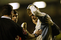 Fotball<br /> FA-cup 2005<br /> Everton v Manchester United<br /> 20. februar 2004<br /> Foto: Digitalsport<br /> NORWAY ONLY<br /> Man Utd's keeper Roy Carroll after being struck by an object thrown from the crowd