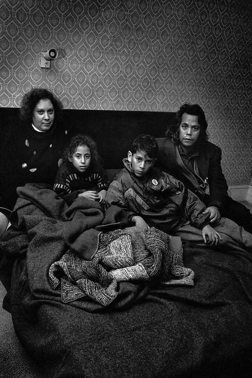 Paris , 1995.<br /> Squatters de la rue du Dragon. L'association Droit au logement investit un immeuble vide pour y loger plusieurs familles. L'association exige l'application de l'ordonnance d'octobre 1945 permettant le requisition d'immeubles vides.