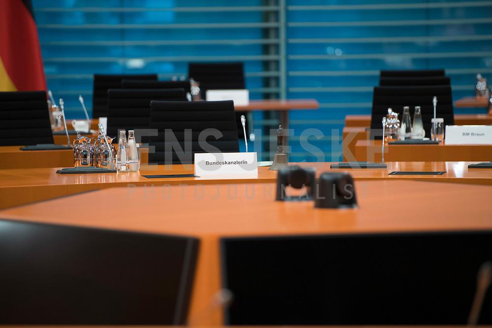 DEU, Deutschland, Germany, Berlin, 30.06.2021: Der leere Stuhl und freie Platz der Bundeskanzlerin (Schild mit Aufschrift) am Kabinettstisch vor Beginn der 148. Kabinettsitzung im Bundeskanzleramt.