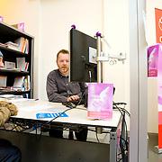 Nederland Rotterdam 26-03-2009 20090326 Foto: David Rozing ..Serie UWV, vrouw krijgt hulp bij opstellen sollicitatie brief door arbeidsadviseur. lokatie Schiekade centrum Rotterdam, de vroegere arbeidsbureaus ( CWI UWV ) De werkloosheid in Nederland begint op te lopen. Dat blijkt uit de jongste cijfers die het Centraal Bureau voor de Statistiek (CBS) de oorzaak is de krediet crisis Holland, The Netherlands, dutch, Pays Bas, Europe, arbeids adviseur, solliciteren, hulp, economische, financien, financiele, krimp, krimpen, nederlandse, economy ..Foto: David Rozing