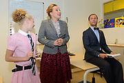 Perspresentatie  Kinderen voor Kinderen familiemusical 'Waanzinnig Gedroomd' op de Nicolaas Maesschool in Amsterdam.<br /> <br /> Op de foto:  De cast van de musical Waanzinnig Gedroomd treedt op in de klas van de Nicolaas Maesschool met Mylene Waalewijn , Michelle Courtens en Ian Bok