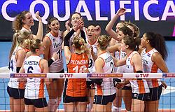 04-01-2016 TUR: European Olympic Qualification Tournament Nederland - Duitsland, Ankara <br /> De Nederlandse volleybalvrouwen hebben de eerste wedstrijd van het olympisch kwalificatietoernooi in Ankara niet kunnen winnen. Duitsland was met 3-2 te sterk (28-26, 22-25, 22-25, 25-20, 11-15) / Team Nederland, Oranje vreugde