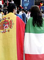 GEPA-2206085503 - BASEL,SCHWEIZ,22.JUN.08 - FUSSBALL - UEFA Europameisterschaft, EURO 2008, Host City Fan Zone, Fanmeile, Fan Meile, Public Viewing. Bild zeigt einen Spanien-Fan und einen Italien-Fan mit Fahnen. Keywords: Fahne.<br />Foto: GEPA pictures/ Andreas Pranter