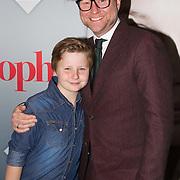 NLD/Amsterdam/20151115 - Premiere Toneelstuk Sophie, Ad Knipsels met zijn zoon
