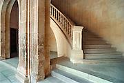 Spanje, Granada, 29-5-2007Het Alhambra, Rode Paleis, is een middeleeuws paleis en fort van de Moorse heersers van het Koninkrijk Granada in Andalusië (Zuid-Spanje). Het bevindt zich op een heuvelachtig plateau aan de zuidoostelijke grens van de stad Granada.Het uitgebreide complex werd na de verovering van het Koninkrijk Granada in 1492 door de Reyes Católicos als een zeer belangrijke buit gezien. Hun kleinzoon Karel V wilde Granada met het Alhambra de hoofdstad van het Habsburgse Rijk maken en liet daarvoor midden in het Alhambra beginnen met de aanleg van een paleis, waarvoor een deel van het Alhambra werd afgebroken.Foto: Flip Franssen/Hollandse Hoogte