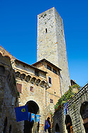 The 13th century medieval walls entrance gate and tower of San Gimignano. Originally San Gimignano had  70 towers built for protection as a result of feuding families who supported the opposing Guelphs and Ghibellines. Today 12 survive in San Gimignano creating what is called the medieval Manhattan. A UNESCO World Heritage Sites. San Gimignano, Tuscany Italy .<br /> <br /> Visit our ITALY PHOTO COLLECTION for more   photos of Italy to download or buy as prints https://funkystock.photoshelter.com/gallery-collection/2b-Pictures-Images-of-Italy-Photos-of-Italian-Historic-Landmark-Sites/C0000qxA2zGFjd_k<br /> If you prefer to buy from our ALAMY PHOTO LIBRARY  Collection visit : https://www.alamy.com/portfolio/paul-williams-funkystock/sangimignano.html