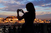Portugal, Lisbonne, la ville et le Castelo Sao Jorge ou chateau Saint Georges depuis le Miradouro de Sao Pedro de Alcantara// Portugal, Lisbon, city and Castelo Sao Jorge or St George's Castle from Miradouro de Sao Pedro de Alcantara