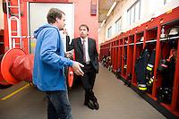 """03 SEP 2008, HAMBURG/GERMANY:<br /> Niels Annen, MdB, SPD, besucht die Freiwillige Feuerwehr Eidelstadt, im Rahmen seiner """"14 Tage Tour"""" durch seinen Wahlkreis<br /> IMAGE: 20080903-01-132"""