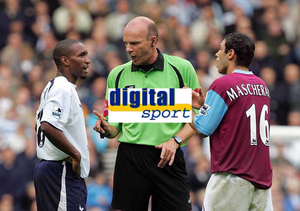 Shoulder Biting incident : Referee Mr Steve Bennett (booking both players) tries to restore order  as the arguement carries on.  Javier Mascherano (West Ham) right. Jermaine Defoe (left). BARCLAYS PREMIERSHIP. TOTTENHAM HOTSPUR v WEST HAM UNITED. 22/10/2006. CREDIT COLORSPORT / KIERAN GALVIN