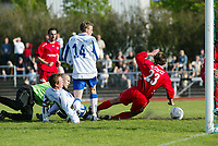 Oslo Øst - Haugesund 1-1 1. juni 2003, Lambertseter. 1. divisjon fotball menn.<br /> <br /> Jostein Grindhaug, Haugesund scorer got Haugesund. Kjetil Rødahl (14 Haugesund) med ryggen i mot. Keeper Oslo Øst, Espen Isaksen klarer ikke avverge. Tom Erik Breive (23 Oslo Øst) klarer ikke avverge.<br /> <br /> (Bildeserie scoring: 4 av 4)<br /> <br /> (Foto: Tomm Hansen / Digitalsport)