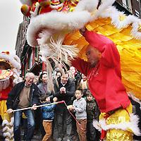 Nederland, Amsterdam , 1 februari 2014.<br /> De Drakendans onderdeel van het Chinees Nieuwjaar feest rond de Nieuwmarkt buurt.<br /> Hier op de Geldersekade.<br /> The Dragon Dance, part of the Chinese New Year celebration around the Nieuwmarkt area of Amsterdam (Chinatown)
