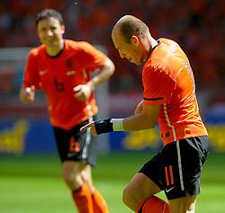 05-06-2010 VOETBAL: NEDERLAND - HONGARIJE: AMSTERDAM<br /> Nederland wint met 6-1 van Hongarije / Arjen Robben scoort zijn tweede doelpunt en viert dit met Mark van Bommel<br /> ©2010-WWW.FOTOHOOGENDOORN.NL