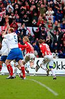 """Fotball, Eliteserien, 31052004, Alfheim Stadion i Tromsø, Tromsø IL (TIL) - Vålerenga (VIF) 2-0,  """"Bummen"""" alias Bjørn Johansen har putta 1-0, VIFs Erik Hagen signaliserer hands (foran)<br /> FOTO: KAJA BAARDSEN/DIGITALSPORT"""