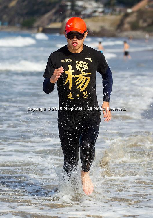 當地時間2015年6月27日,中國拳手楊蓮慧在美國洛杉磯著名聖莫尼卡海灘進行體能訓練。楊蓮慧將於下月18日出戰在澳門威尼斯人酒店舉行的世界級冠軍拳擊選手賽之威尼斯人爭霸戰。中新社发 林戈攝