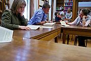 Berlino: Canisius College, la sala lettura e biblioteca del college. nelle pause lunghe che durano 20 minuti gli studenti vanno a cercare i testi che servono per le lezioni o i test...Berlin, Canisius College. reading room for the students