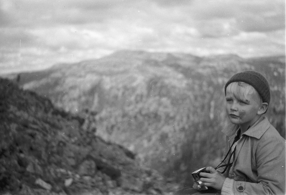 Pojke med kamera i fjällvärld. 1961.