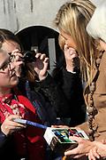 Prinses Maxima is aanwezig bij de  Bijzondere Collecties van de Universiteit van Amsterdam voor de tentoonstelling van 1001 Vrouwen. De prinses zal een postzegelvel van 1001 Vrouwen in ontvangst nemen. PostNL brengt het vel uit ter gelegenheid van de tentoonstelling 1001 Vrouwen en bevat tien postzegels met daarop portretten van opmerkelijke vrouwen uit de Nederlandse geschiedenis. <br /> <br /> Princess Maxima is available in the Special Collections of the University of Amsterdam for the exhibition of 1001 Women. The princess will stamp of 1001 Women receive. TNT brings the sheet on the occasion of the exhibition Women in 1001 and contains ten stamps showing portraits of notable women in Dutch history.<br /> <br /> Op de foto / On the photo:  Vertrek Prinses Maxima/ Princess Maxima leaves