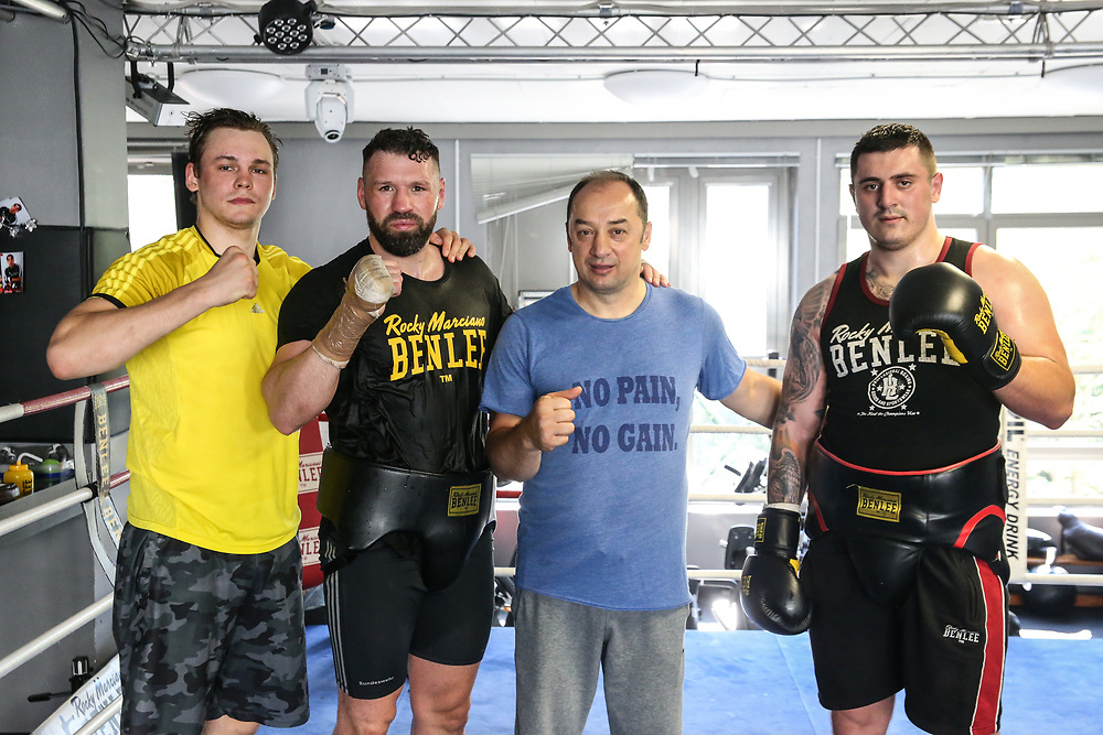 Boxen: EC Boxing, Training, Hamburg, 06.08.2020<br /> v.l.: Ilja Mecenzev, Erik Pfeiffer, Trainer Bülent Baser und Danilo Milacic<br /> © Torsten Helmke