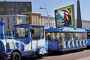 Nederland, Scheveningen, 20-6-2018Een toeristentreintje rijdt met vooral oudere toeristen over de boulevard en langs het strand..  Foto: Flip Franssen