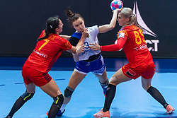 14-12-2018 FRA: Women European Handball Championships Russia - Romania, Paris<br /> First semi final Russia - Romania 28 - 22 / Anna Vyakhireva #13 of Russia, Eliza Iulia Bucesch #7 of Romaniai , Laura Chiper #89 of Romania