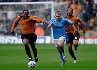 Fotball<br /> England 2005/2006<br /> Foto: SBI/Digitalsport<br /> NORWAY ONLY<br /> <br /> Wolverhampton Wanderers v Hull City<br /> Coca Cola Championship. 13/08/2005.<br /> <br /> Wolves' Paul Ince (L) battles for the ball with Hull's Stephen McPhee (C).