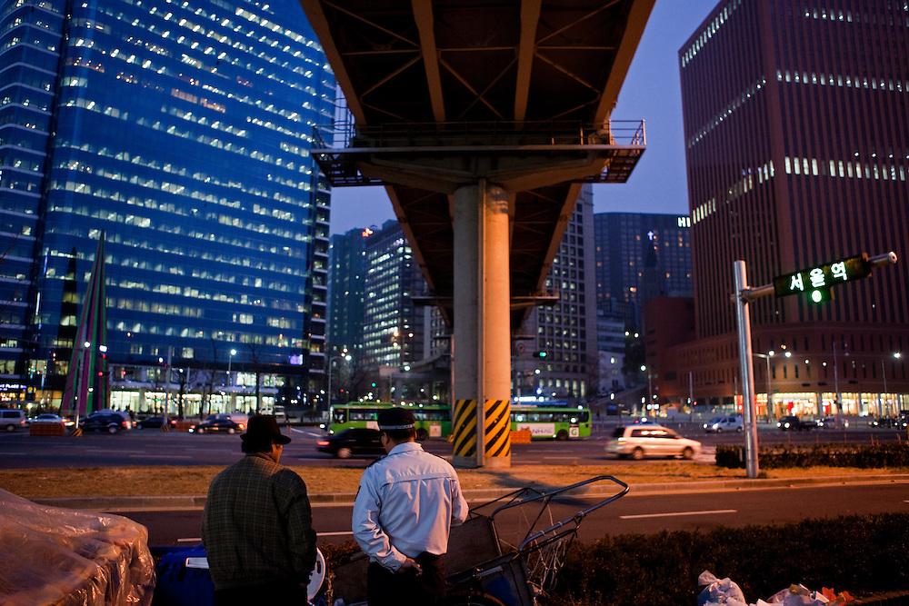 Seoul/South Korea, Republic Korea, KOR, 27.11.2009: Streetscene close to the Seoul Station subway stop in the Korean capital.