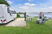 Nederland, Slijk-Ewijk, 3-6-2013Op camping De Grote Altena is men bezig de caravans die dicht aan het water staan te verplaatsten vanwege het verwachte hoogwater in de Waal. De heer en mevr. Kersten uit Nijmegen breken hun boeltje af. De caravan wordt door de camping naar hoger gebied gebracht.Foto: Flip Franssen/Hollandse Hoogte