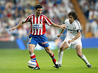Juan VELASCO, Spanish Football player and Atletico defender, pressed by his fellow countryman RAUL Gonzalez, Real Madrid forward. Real Madrid - Atletico de Madrid / League 2004-05. Santiago Bernabeu Stadium, Madrid. 21-05-2005.<br /> Norway only
